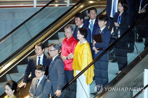 문대통령, APEC 정상회의 만찬 참석…각국 정상과 친교 다져