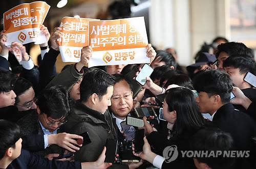 """박병대 전 대법관 피의자로 검찰 출석…""""평생 사심 없이 일했다"""""""
