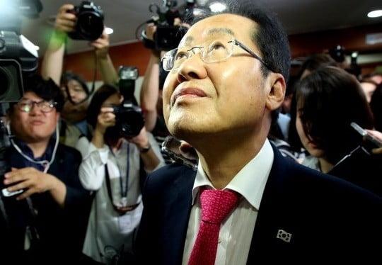 자유한국당 홍준표 대표가 14일 사퇴 의사를 밝히고 서울 여의도 당사를 떠나며 엘리베이터를 기다리고 있다 (사진=연합뉴스)