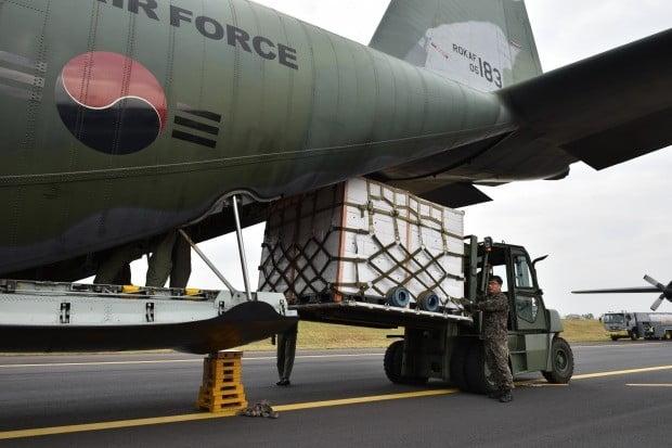 지난 11일 오후 제주국제공항에서 공군 장병들이 북한에 보낼 제주산 감귤을 공군 C-130 수송기에 싣고 있다. 사진=연합뉴스
