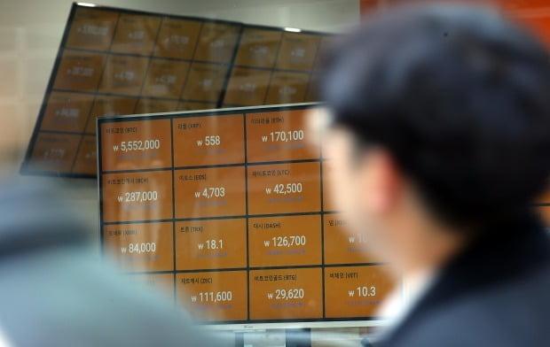 지난 20일 서울시내 한 가상화폐거래소 전광판에 비트코인 등 급락한 암호화폐 시세가 표시돼 있다. / 사진=연합뉴스