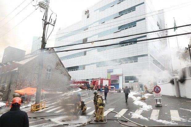 24일 오전 지하 통신구에서 화재가 발생한 서대문구 충정로의 KT 아현빌딩에서 앞에서 소방대원들이 화재진압 작업을 벌이고 있다./사진=연합뉴스