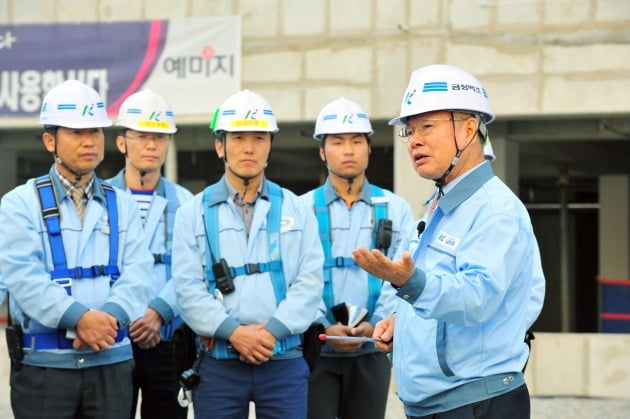 정성욱 금성백조주택 회장(오른쪽).