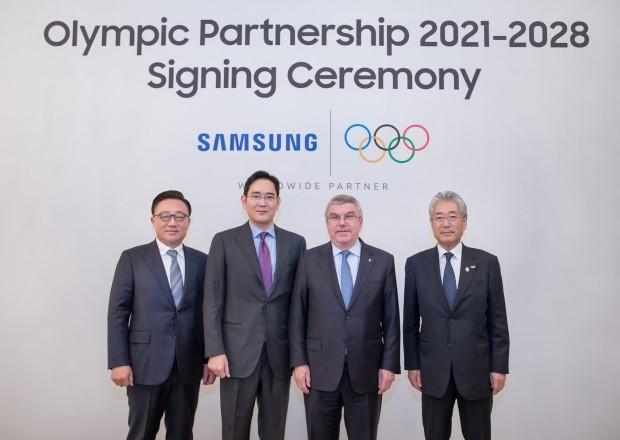 삼성전자는 4일 국제올림픽위원회(IOC)와 2020년까지였던 올림픽 공식후원 계약기간을 2028년까지 연장하는 계약식을 가졌다.(왼쪽부터) 고동진 삼성전자 IM부문 대표이사 사장, 이재용 삼성전자 부회장, 토마스 바흐 IOC 위원장, 다케다 쓰네카즈 IOC 마케팅위원회 위원장.