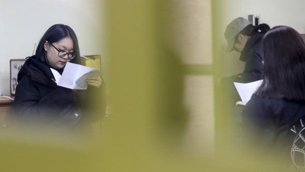 2019학년도 대학수학능력시험 성적표 배부일인 5일 오전 서울 여의도여자고등학교에서 학생들이 성적표를 확인하고 있다. [사진=연합뉴스]
