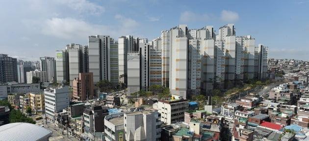 서울 아현동 '마포래미안푸르지오'의 준공 직후 모습. 당시 미분양이었던 이 아파트엔 특별분양을 홍보하는 현수막이 붙어있다. 한경DB