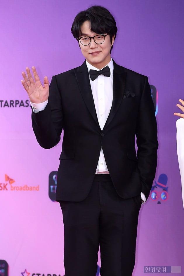 [포토] 성시경, '부드러운 손인사~' (2018 KBS 연예대상)