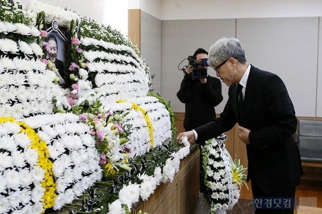 [포토] 故 전태관에 헌화하는 김종진