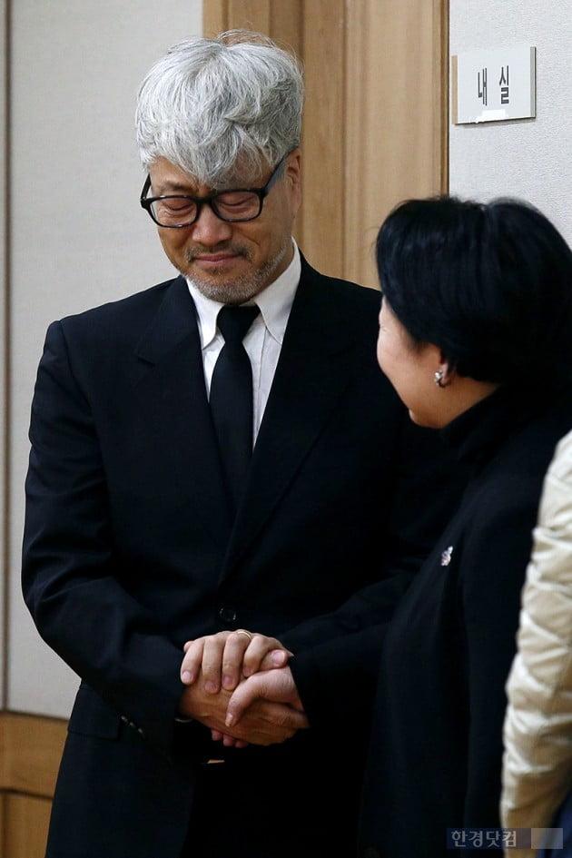 [포토] 김종진, '故 전태관 소식에 참을 수 없는 눈물'