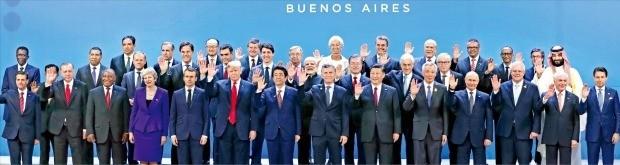 < 나란히 선 G20 정상들 > 문재인 대통령(가운데줄 오른쪽 네 번째) 등 각국 정상들이 1일 아르헨티나 부에노스아이레스에서 열린 주요 20개국(G20) 정상회의 개막에 앞서 기념촬영하고 있다.   /부에노스아이레스=허문찬  기자 sweat@hankyung.com