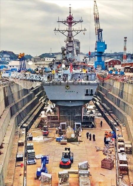 미 해군 구축함 배리호가 요코스카 해군기지 내 드라이독에서 수리받고 있다. 도쿄에서 자동차로 한 시간가량 남쪽으로 달리면 도착하는 요코스카 해군기지엔 미군과 군무원(1만7500명), 일본인 근로자(8500명) 등 총 2만6000명이 상주한다.  /요코스카=박동휘  기자