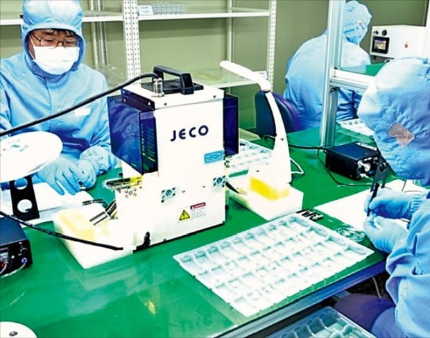 일회용 인슐린 주입 패치펌프를 개발한 이오플로우 연구원들이 제품 성능을 검사하고 있다. 이 회사는 식품의약품안전처가 시행한 '차세대 의료기기 100 프로젝트'의 도움을 받아 지난해 말 패치펌프 판매 허가를 받았다. /이오플로우 제공