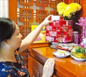 베트남 호찌민의 빈홈즈 센트럴파크에 거주하는 응우옌티뚜이 씨(30)가 집 안에 마련된 제단에 초코파이 박스(2개 들이)를 올려놓고 있다. /류시훈 기자