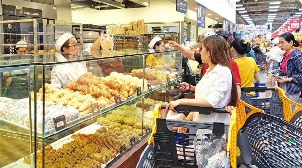 베트남 대형마트에서 단일점포 기준으로 1~2위를 다투는 이마트 호찌민 고밥점에서 소비자들이 한국식 빵을 구매하고 있다. 고밥점에서 굽는 각종 빵은 한국 조선호텔 출신 제빵사가 매달 찾아와 품질을 관리한다. /류시훈 기자