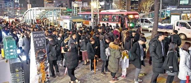 지난 4일 오후 7시 서울 지하철 4호선 사당역 4번 출구 앞에 시민 100여 명이 버스를 타기 위해 줄지어 서 있다. 수십m가량 구불구불하게 이어진 대기 행렬이 10m 폭 인도를 가로막아 행인들이 지나가기조차 어려웠다.  /신경훈 기자 khshin@hankyung.com