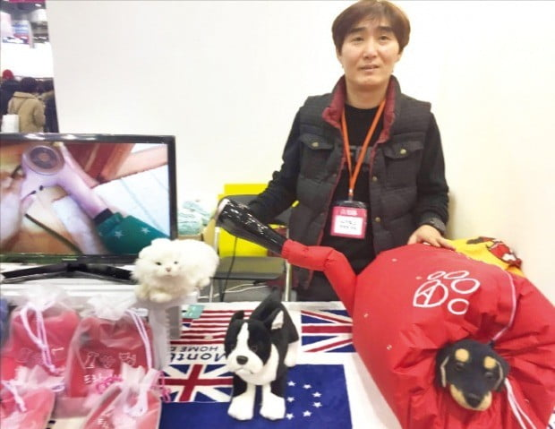 박재현 럭키박스 대표가 지난달 경기 고양시 킨텍스에서 열린 '2018 케이펫페어'에서 반려동물의 털을 말리는 아이디어 제품 '드라이 한방'을 소개하고 있다.  /전설리 기자