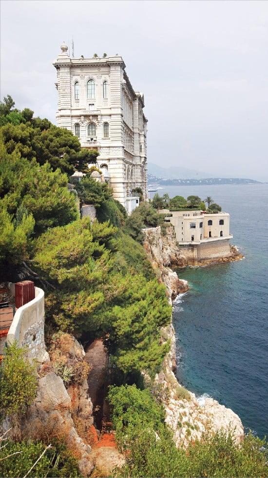 고성처럼 해안절벽에 지어진 모나코 해양박물관