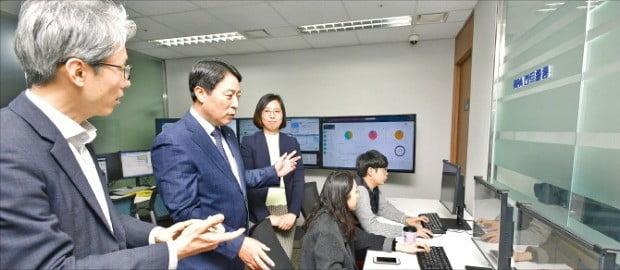 주재승 농협은행 부행장(왼쪽 두 번째)이 서울 서대문 농협은행 본점에 있는 'RPA 컨트롤룸'에서 심사 체계를 살펴보고 있다. 농협은행 제공