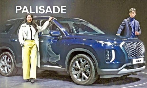 현대자동차는 11일 경기 용인 엠앤씨웍스 스튜디오에서 대형 스포츠유틸리티차량(SUV) 팰리세이드 출시 행사를 열었다. 현대차가 내놓은 SUV 모델 중 차체가 가장 크다. 모델들이 팰리세이드를 소개하고 있다.  /강은구  기자 egkang@hanykyung.com