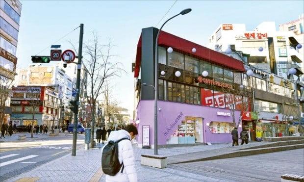 140만 명을 고용하고 있는 프랜차이즈산업이 최저임금·내수부진·정부규제 등 3중고에 시달리고 있다. 지난해에만 전국에서 2만7546개 가맹점이 문을 닫으면서 일자리 18만 개도 사라졌다. 서울 신촌 사거리에 몰려 있는 프랜차이즈 가맹점들.  /김범준  기자 bjk07@hankyung.com