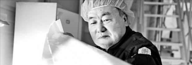 박종서 상진 대표가 충남 아산 본사 공장에서 태양광 백시트 필름을 점검하고 있다.  /강태우 기자