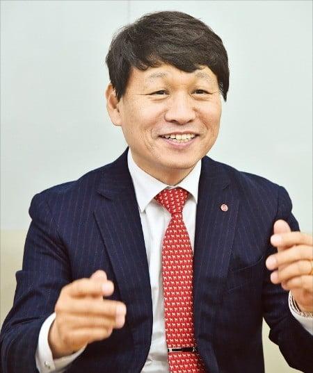 """'2018년 한국을 빛낸 올해의 무역인' 상을 받은 서태일 에스티아이 대표는 """"5세대(5G) 이동통신의 핵심 소재인 광섬유 모재를 기반으로 해 '유니콘'으로 성장할 것""""이라고 말했다. /한국무역협회 제공"""