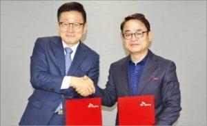 황의균 SK해운 대표(왼쪽)와 김두영 노조위원장이 '노사 공동 성명서'를 발표한 뒤 악수하고 있다. /SK해운  제공
