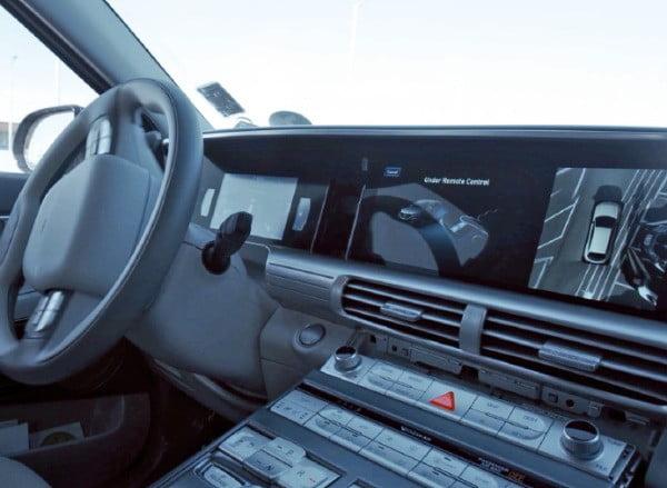 현대자동차의 차세대 수소전기자동차(FCEV) 넥쏘에 디지털 시야 정보가 디스플레이에 표시되는 모습. 이 차량에는 현대모비스의 SVM과 BVM 기술이 적용됐다.  /현대모비스 제공