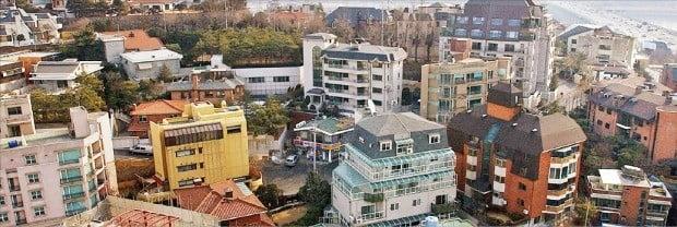 부촌으로 꼽히는 서울 용산구 한남동 단독주택 세 가구 중 한 가구의 공시가격이 작년보다 50% 이상 오를 예정인 것으로 나타났다. 공시가격 인상으로 인한 고가 주택 및 다주택 보유자의 세 부담이 대폭 증가할 전망이다. 고급 단독주택이 밀집한 한남동 '유엔빌리지'.  /한경DB