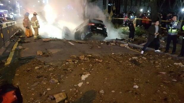 4일 오후 고양시 백석역 근처 지하 2.5m에 매설돼 있던 지역 난방공사 온수관이 터지는 사고로 인해 함몰된 도로에 추락한 차량이 빠져 있다. 일산소방서 제공