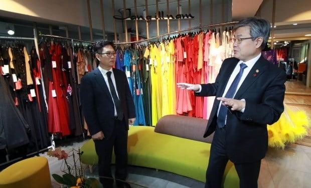 사진=이재갑 고용노동부 장관(오른쪽)과 장일남 장일남컬렉션 대표.