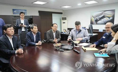 """엥글 GM사장, 산은 회장 등과 면담…""""법인분리 필요"""" 역설"""