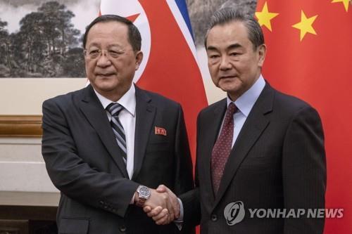"""'방중' 北리용호, 中왕이와 회동…""""바쁜 일정 맞춰줘 감사"""""""