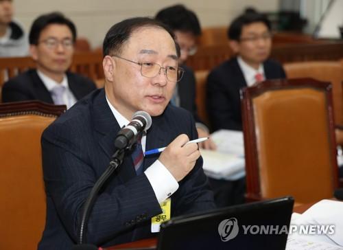 """홍남기 """"임대주택 사업자 등록 의무화 검토"""""""