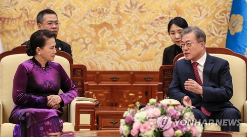 """문대통령 """"베트남, 신남방정책 핵심파트너…관계발전 긴밀 협의"""""""