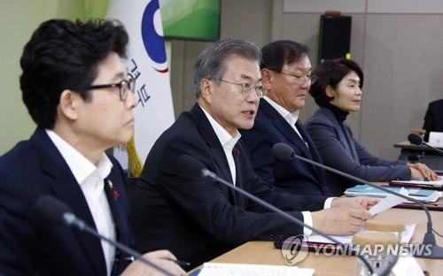 문대통령, 국방·여가부 업무보고…북한정책과 직원 격려