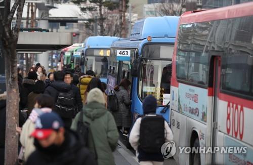 앱 호출해도 감감무소식…택시 파업에 서울 출근길 불편
