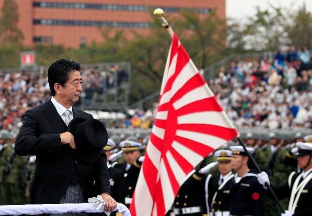 자위대 사열식에 참석한 아베 신조 일본 총리.(사진=연합뉴스)