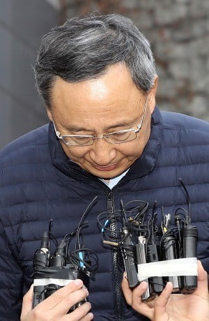 지난달 25일 황창규 KT 회장이 전날 화재가 발생한 서울 서대문구 KT 건물에서 기자회견을 열어 사과했다. / 사진=연합뉴스