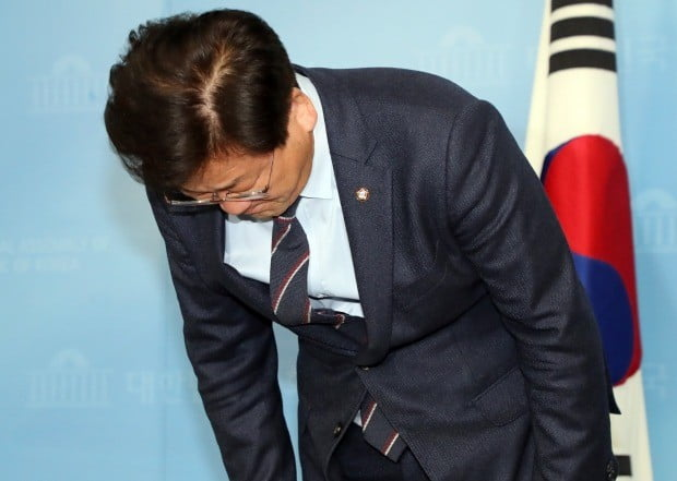 고개숙여 인사하는 김정호 의원 (사진=연합뉴스)