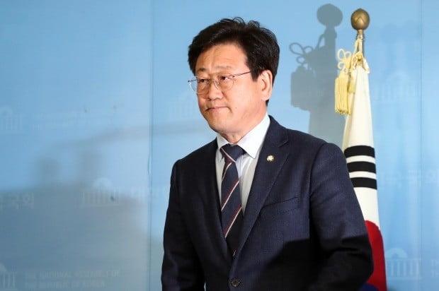 회견장 들어서는 김정호 의원 (사진=연합뉴스)