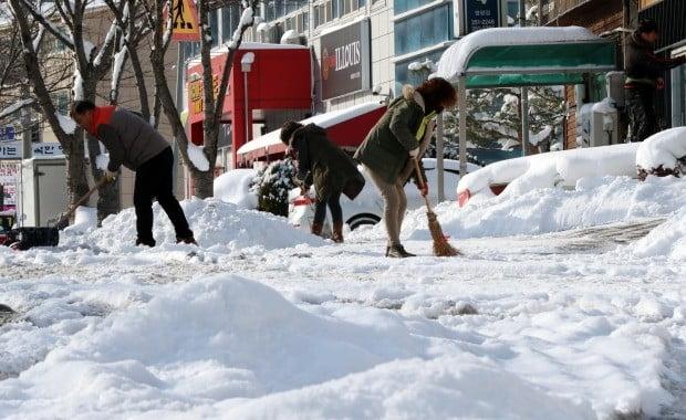 29일 오전 전남 영광군에 전날부터 많은 눈이 내려 주민들이 도로 위에 쌓인 눈을 치우고 있다. (사진=연합뉴스)