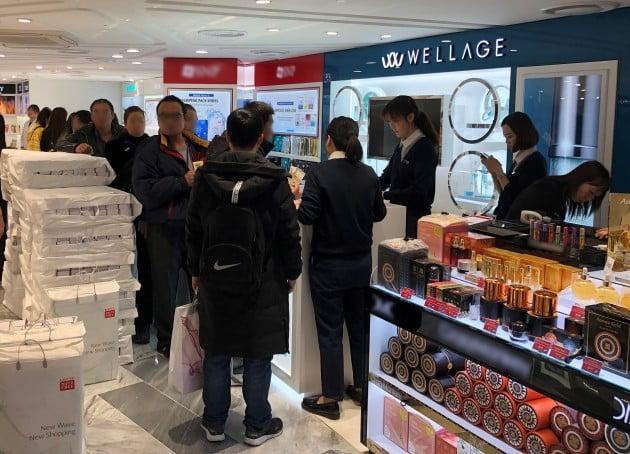 지난달 21일 롯데면세점 명동본점 웰라쥬 매장에서 중국인 관광객들이 제품 구입을 위해 줄을 서고 있다. 휴젤 제공