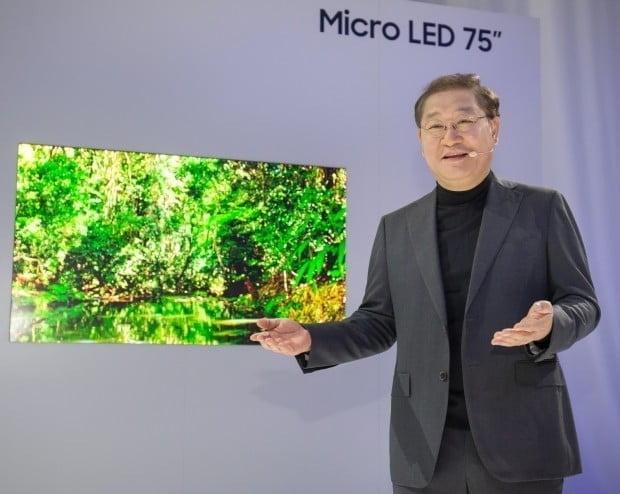 삼성전자는 지난 6일(현지시간) 라스베이거스 아리아 호텔의 '삼성 퍼스트룩 2019' 행사에서 세계 최초 75인치 마이크로 LED TV를 공개했다