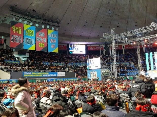 국민은행 노조는 지난 7일 저녁부터 8일 새벽까지 서울 송파구 잠실 학생체육관에서 파업 전야제를 열었다.(사진=한경닷컴 김은지 기자)