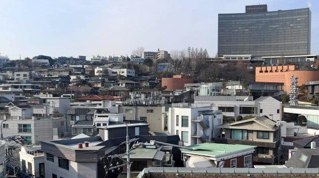 < 공시가격 41% 치솟는 한남동 주택가 > 올해 같은 지역 공시가가 평가 주체에 따라 들쭉날쭉해 공시가의 신뢰도가 추락했다는 지적이 나오고 있다. 공시지가가 14% 오르고, 단독주택 공시가격이 41% 뛸 예정인 서울 한남동 주택가.   신경훈  기자  khshin@hankyung.com