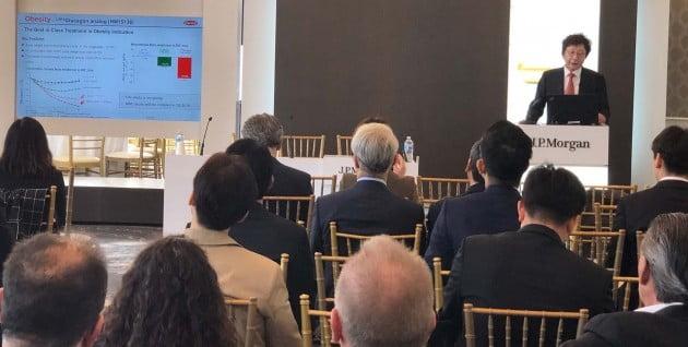 제37회 JP모건 헬스케어 콘런스에 참석한 한미약품 권세창 사장이 한미약품 비전과 2019년도 R&D 전략 등을 발표하고 있다.