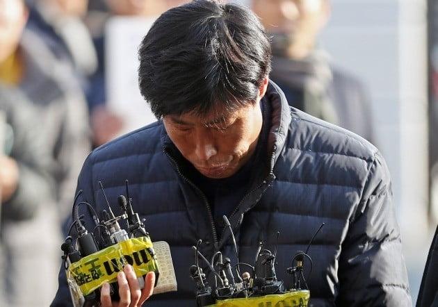 경북 예천군의회 박종철 의원이 11일 오후 경찰 조사를 받기 위해 예천경찰서로 출석하며 취재진에게 질문을 받고 있다. 박 의원은 외국 연수 도중 가이드를 폭행해 고발당했다. [사진=연합뉴스]