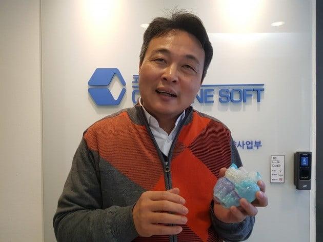 최정필 코어라인소프트 대표가 입체영상(3D) 프린터로 만든 인공 심장을 들고 회사의 사업 계획에 대해 설명하고 있다. 양병훈 기자
