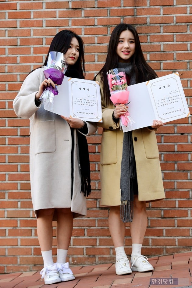 [포토] 이달의 소녀 현진-희진, '시원 섭섭한 고등학교 졸업~'